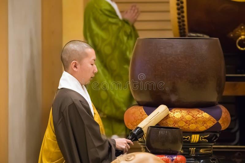 Moine japonais au temple de Zojoji à Tokyo images stock