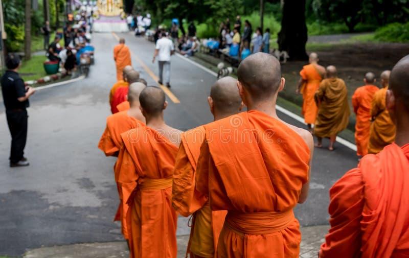 moine méconnaissable marchant sur la rue image libre de droits
