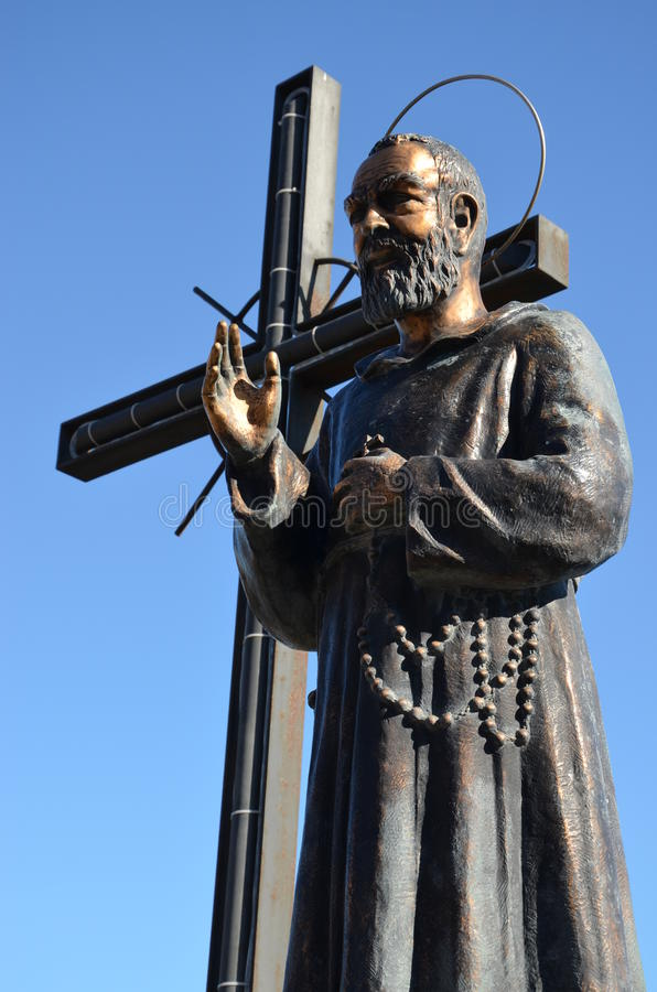 Moine Pio - aumônier Pio avec une croix photographie stock libre de droits