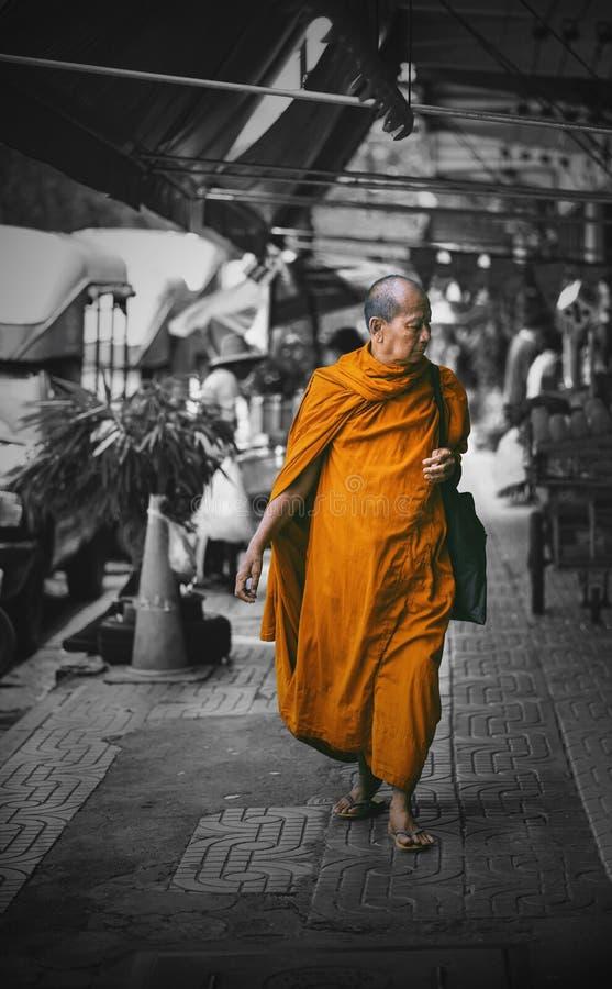 Moine thaïlandais marchant chez Tha Phra Chan Market image libre de droits