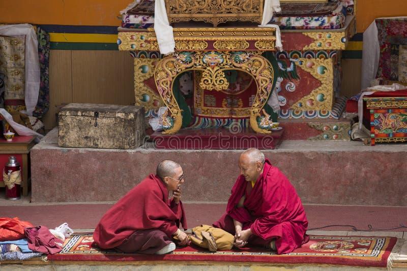 Moine tibétain pendant le masque mystique dansant la danse de mystère de Tsam en temps de festival bouddhiste de Yuru Kabgyat che photos stock