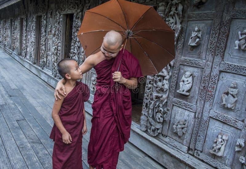 Moines au monastère de Shwenandaw à Mandalay, Myanmar images libres de droits