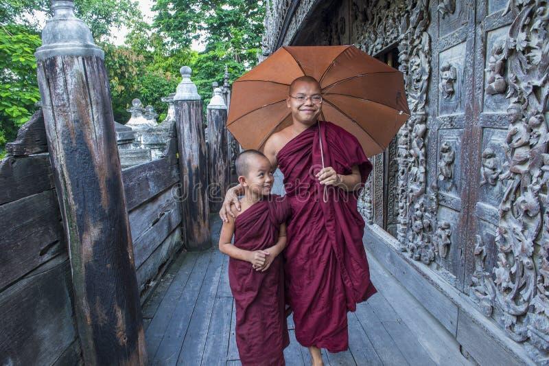 Moines au monastère de Shwenandaw à Mandalay, Myanmar photographie stock libre de droits