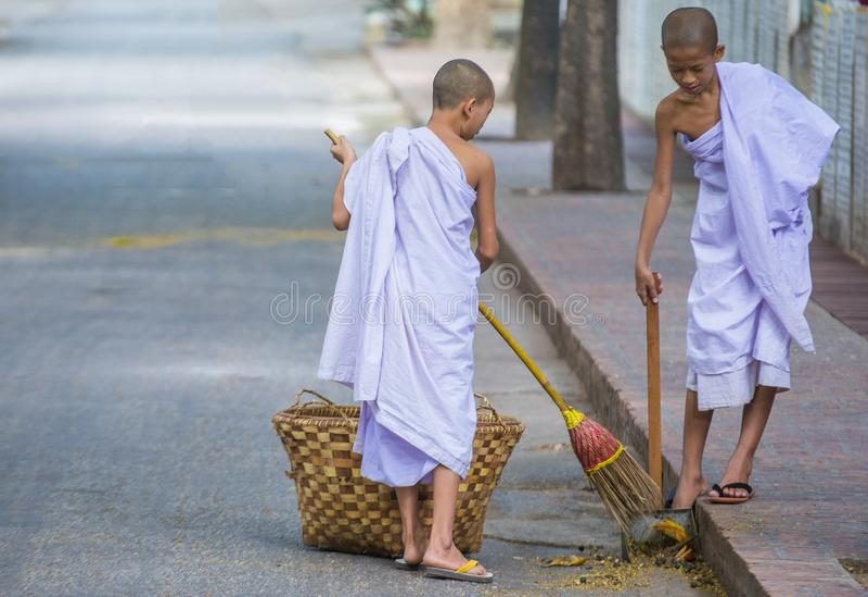 Moines au monastère Myanmar de Mahagandayon images stock