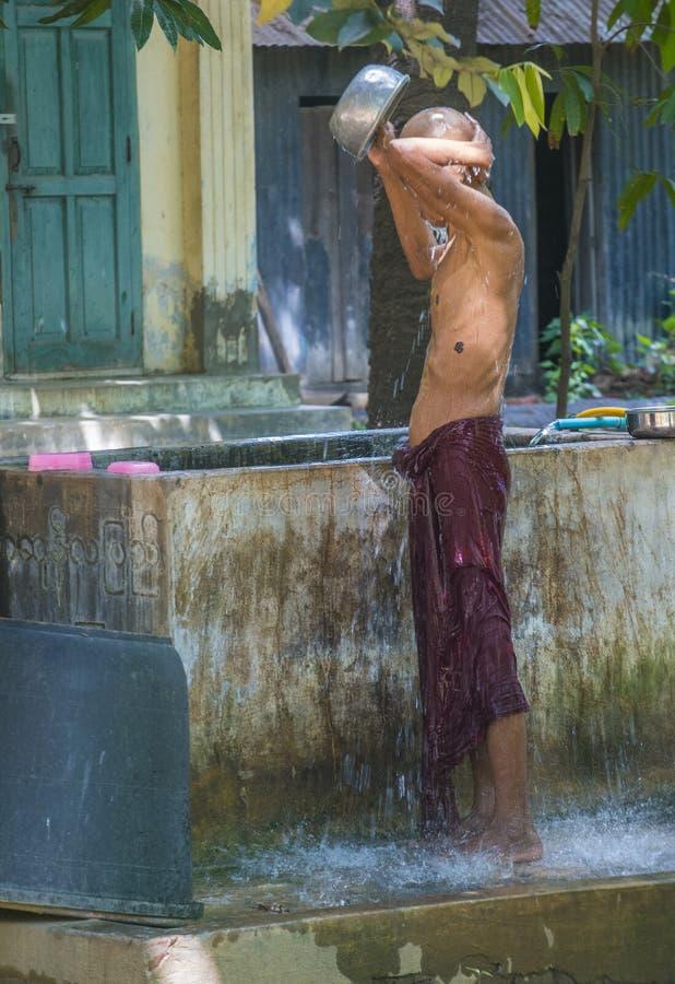 Moines au monastère Myanmar de Mahagandayon photographie stock libre de droits
