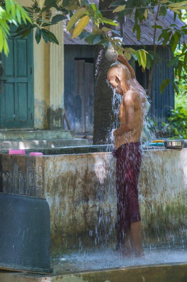 Moines au monastère Myanmar de Mahagandayon photo libre de droits