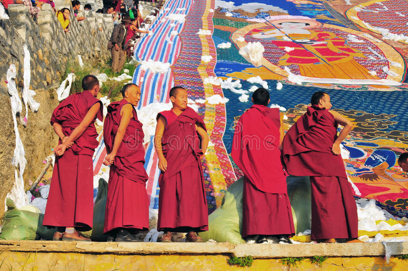Moines au Tibétain Sho Dun Festival célébré à Lhasa photographie stock