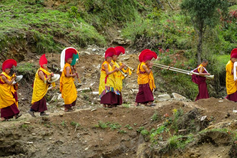 Moines bouddhistes à la célébration de cérémonie dans le temple du Népal photographie stock