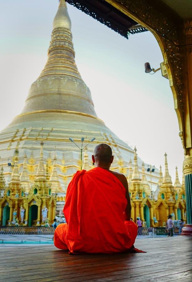 Moines bouddhistes à la pagoda de Shwedagon image stock