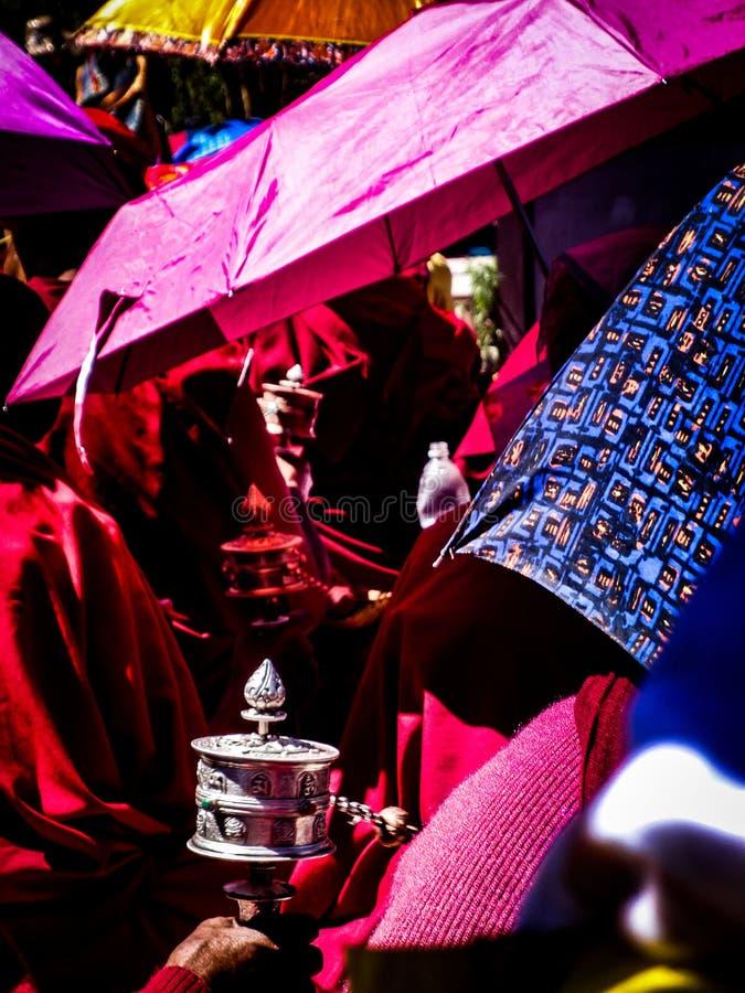 Moines bouddhistes avec des tambours de prière images stock