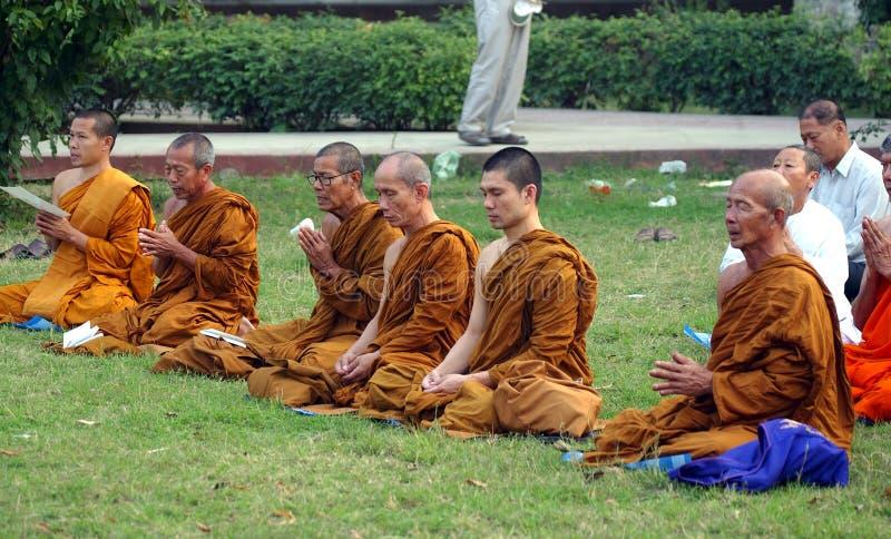 Moines bouddhistes chez Sarnath photo libre de droits