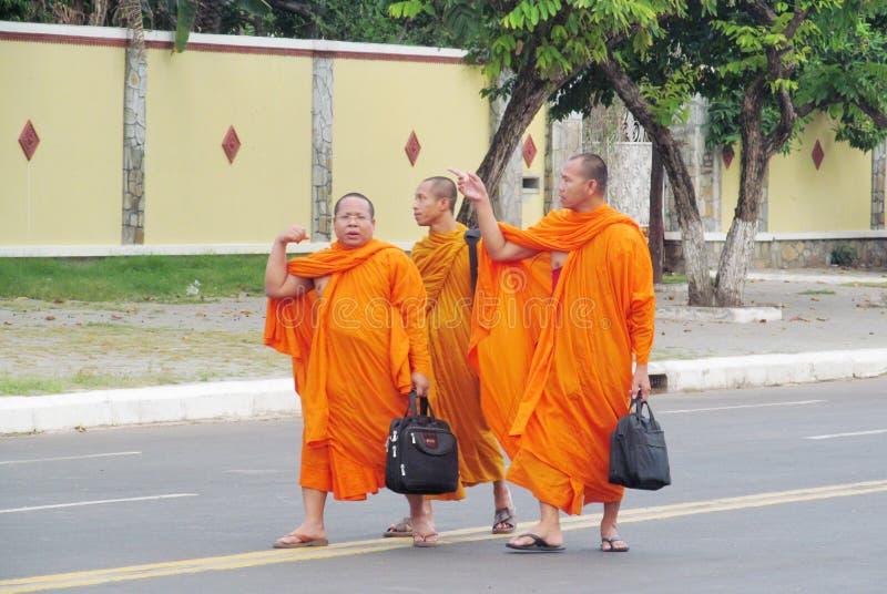 Moines bouddhistes dans la robe traditionnelle orange photo libre de droits