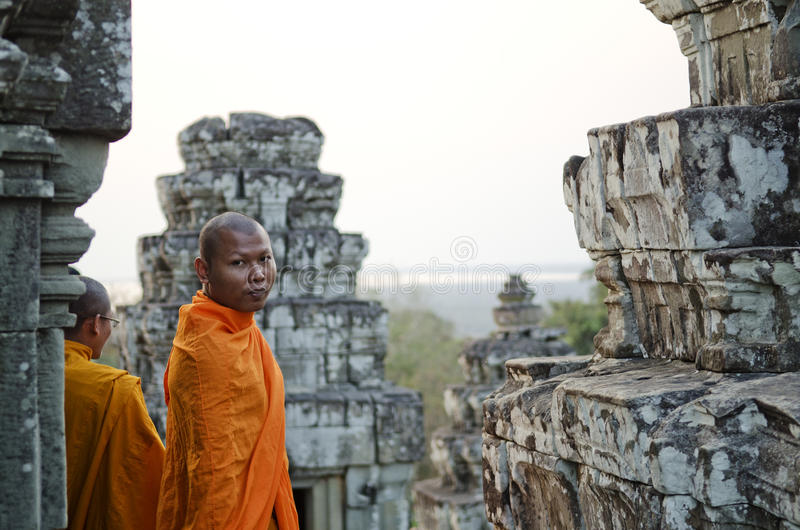 Moines bouddhistes dans le wat Cambodge d'angkor photo libre de droits