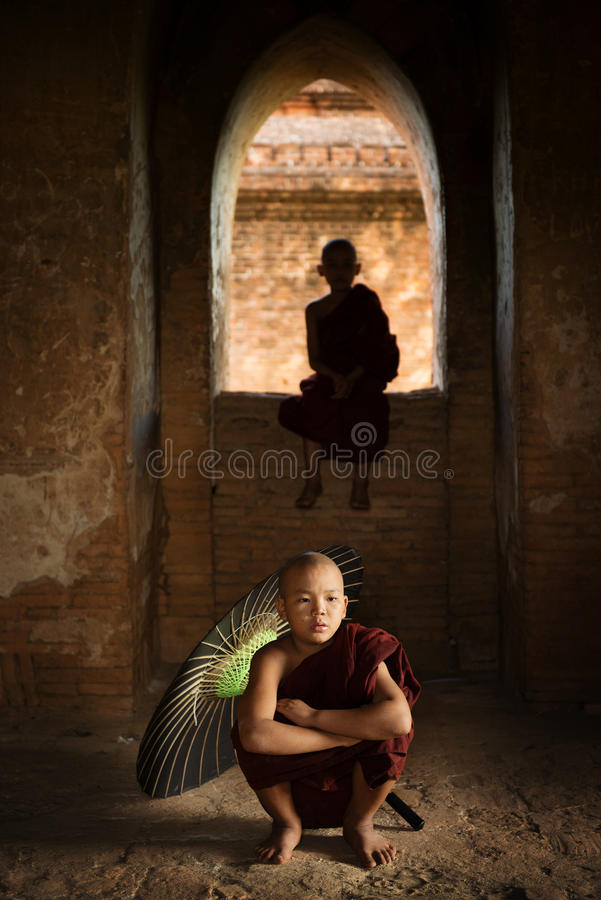 Moines bouddhistes de novice à l'intérieur de temple photographie stock libre de droits
