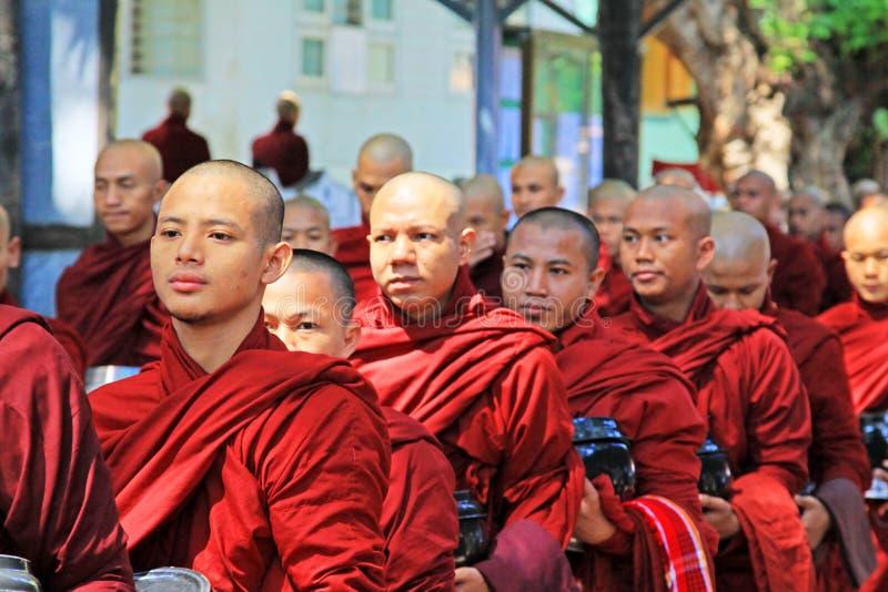 Moines bouddhistes pour recevoir des donations de nourriture, monastère de Mahagandayon, Mandalay, Myanmar photographie stock libre de droits