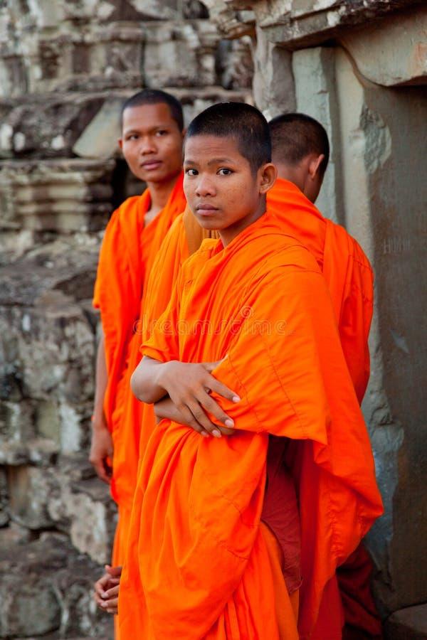 Moines dans Angkor Vat, Cambodge photo libre de droits