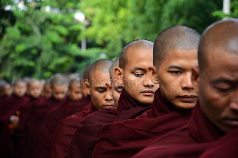 Moines dans Bagan photo stock