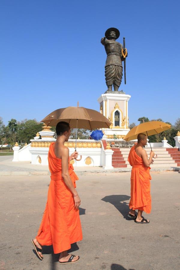 Moines dans la ville de Vientiane, Laos image libre de droits