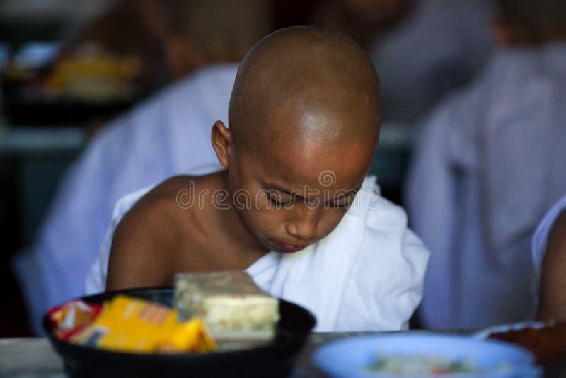 Moines dans le monastère de Mahagandayon, Myanmar photographie stock