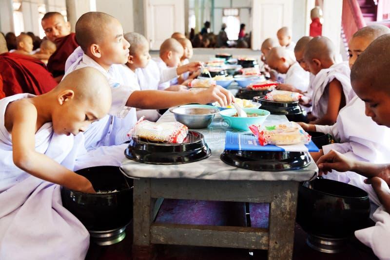 Moines dans le monastère de Mahagandayone images stock