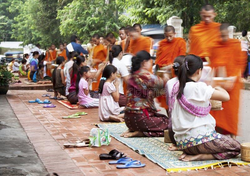 Moines dans Luang Praban laos photo stock