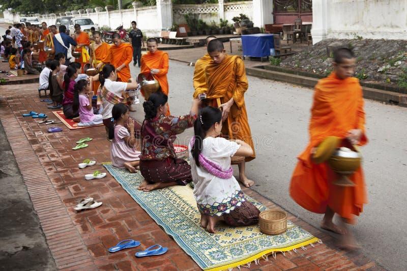 Moines dans Luang Praban laos images libres de droits