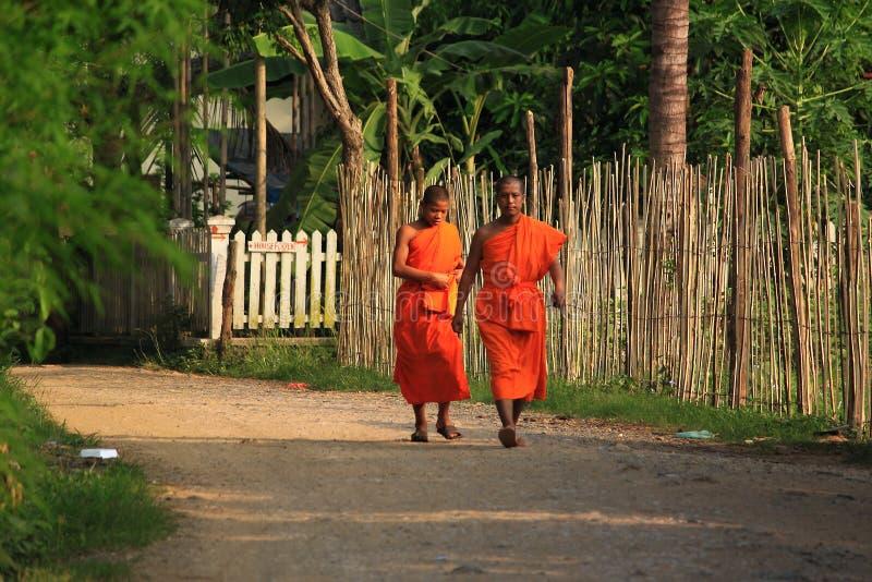 Moines dans Luang Prabang Laos photographie stock libre de droits