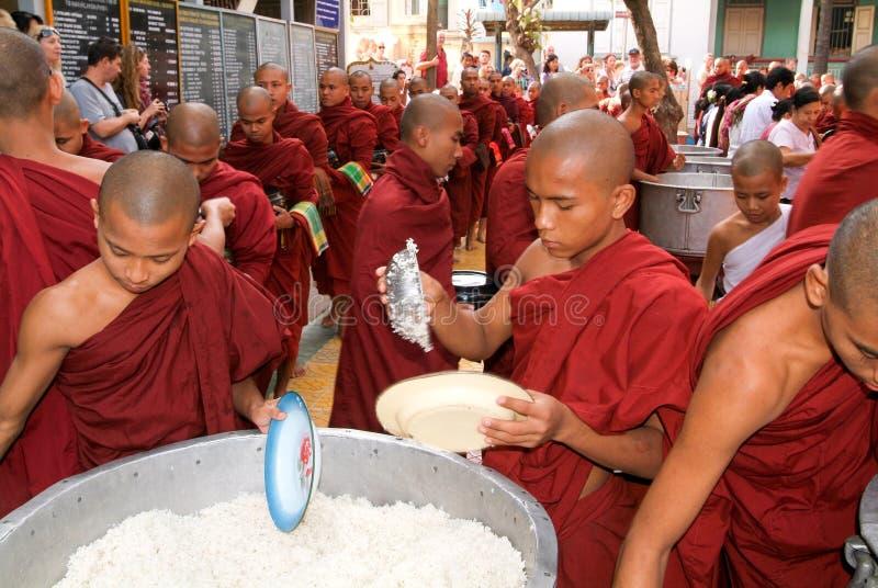 Moines dans une rangée au monastère de Mahagandayon images libres de droits