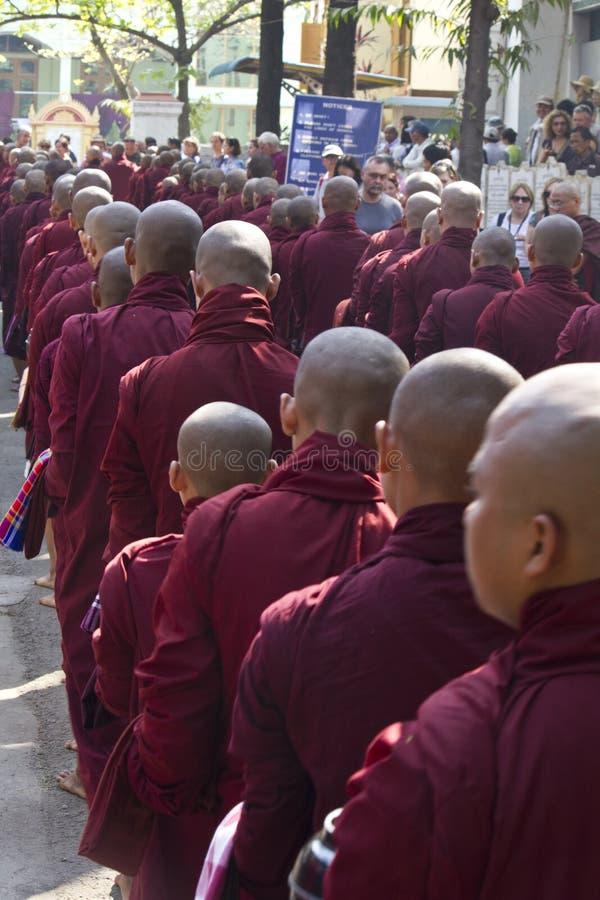 Moines dans une rangée : Monastère de Mahagandayon photo stock