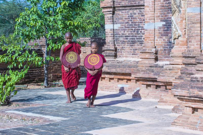 Moines de novice dans Myanmar bagan images stock