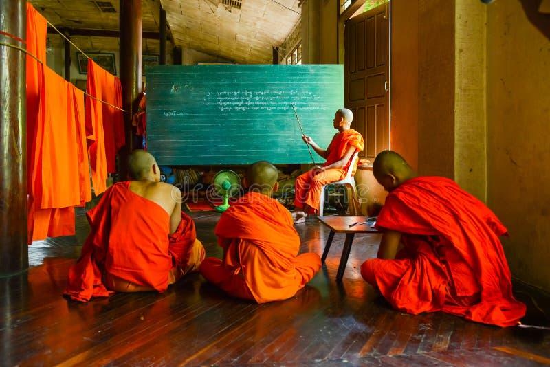 Moines de novice de lundi étudiant la langue enseignée par le moine supérieur images libres de droits