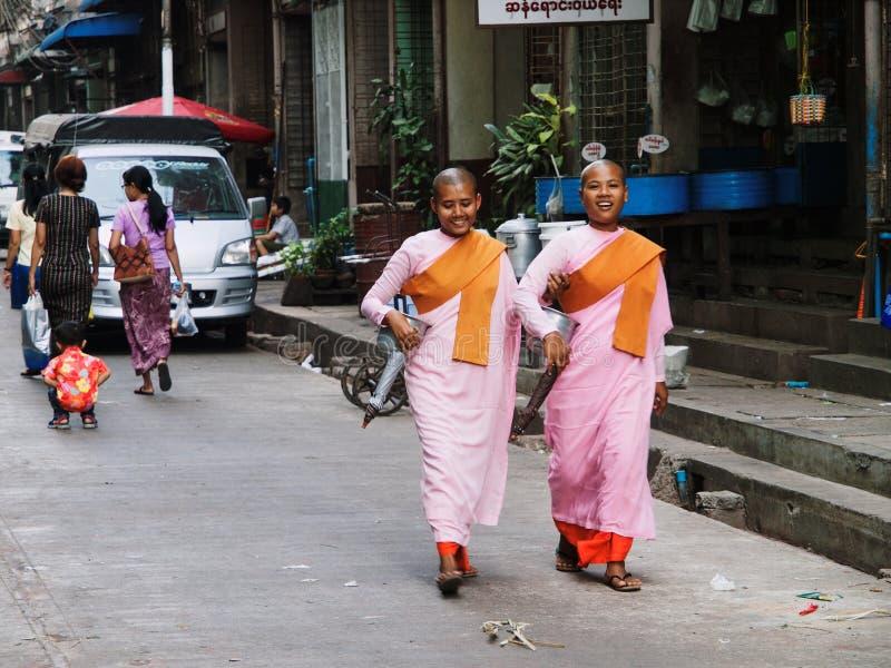 Moines féminins dans Myanmar photographie stock