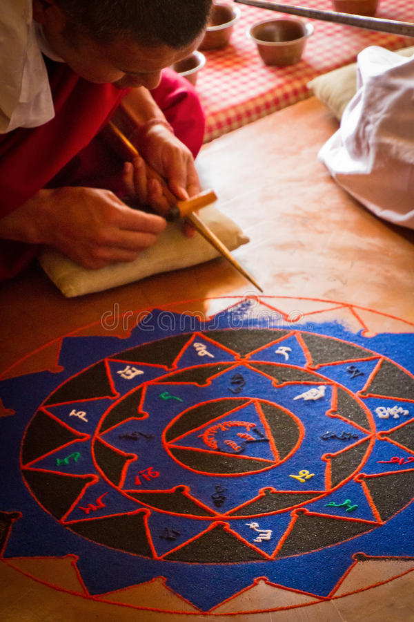 Moines faisant un monastère de Mandala Gyuto, Dharamshala, Inde photo stock