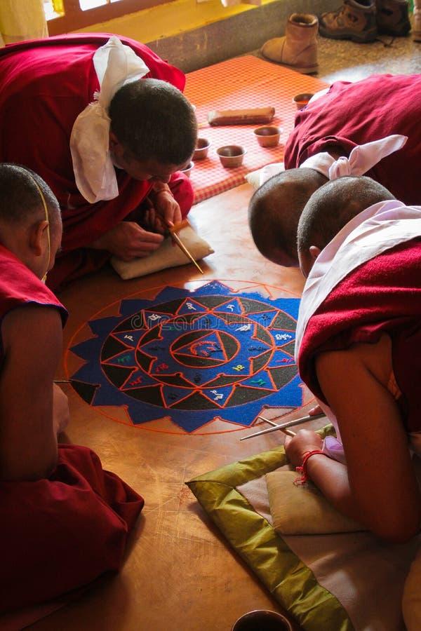 Moines faisant un monastère de Mandala Gyuto, Dharamshala, Inde photographie stock libre de droits