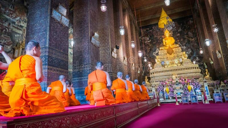 Moines priant à la statue d'or de Bouddha chaque matin photos libres de droits