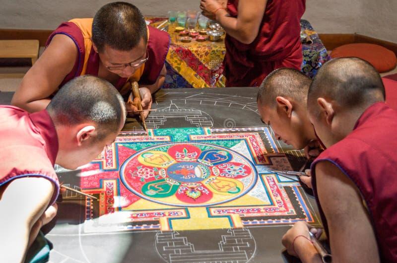 Moines tibétains faisant un mandala images libres de droits