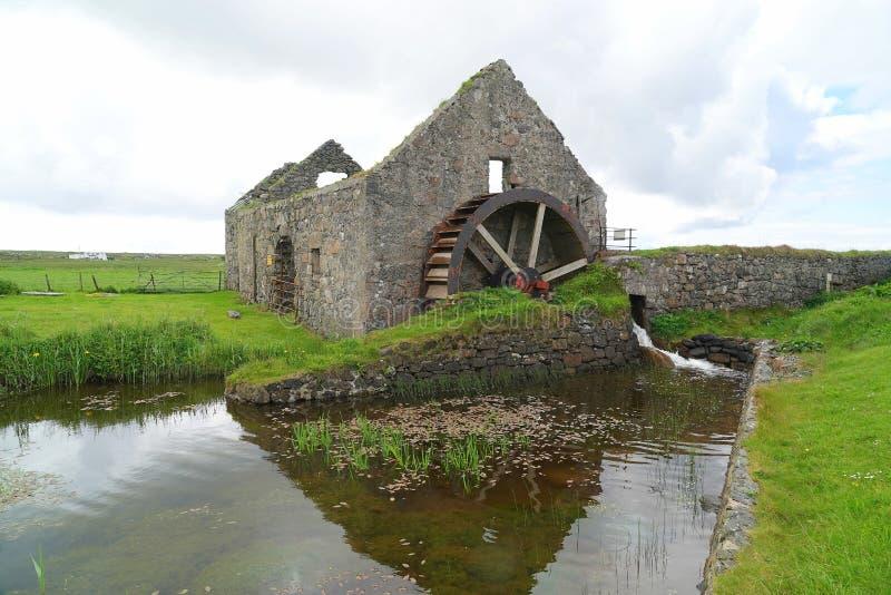 Moinho de água e roda de água velhos foto de stock royalty free