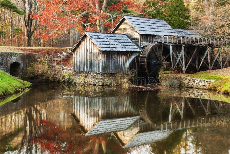 Moinho de Mabry em Ridge Parkway azul em Virgínia, EUA fotos de stock royalty free