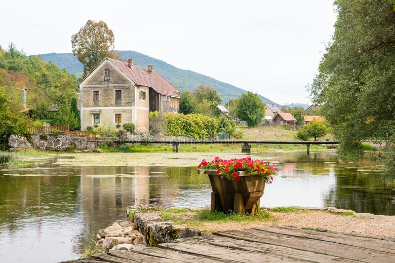 Moinho de madeira velho idílico no rio do gacka em croatia central imagem de stock royalty free