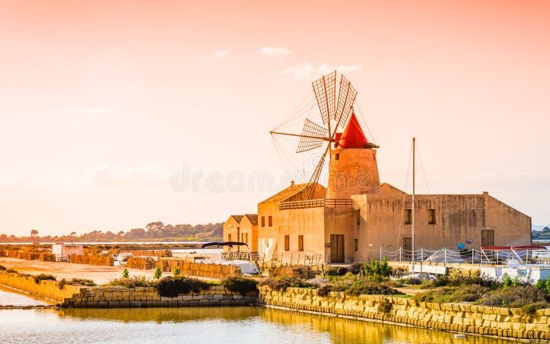 Moinho de Sicília, de Trapani, de produção de sal, salino e de sal fotografia de stock