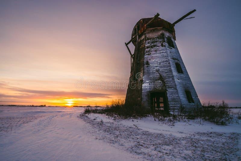 Moinho de vento abandonado velho nos campos no tempo do por do sol Lituânia, Pasvalys imagem de stock