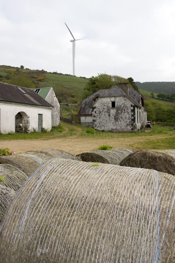 Moinho de vento acima da exploração agrícola abandonada foto de stock royalty free