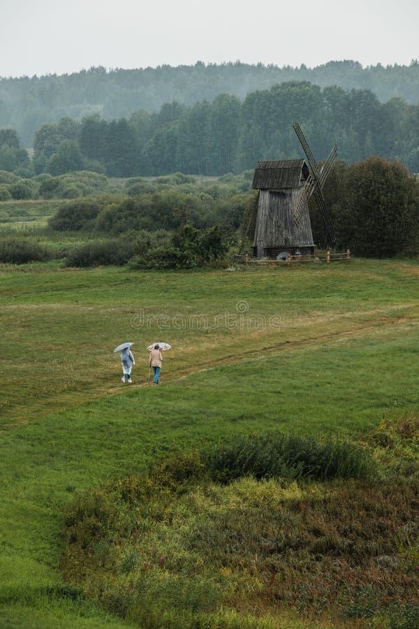 Moinho de vento antigo em Mikhailovskoe, uma propriedade familiar do famoso poeta russo Alexander Pushkin fotografia de stock royalty free