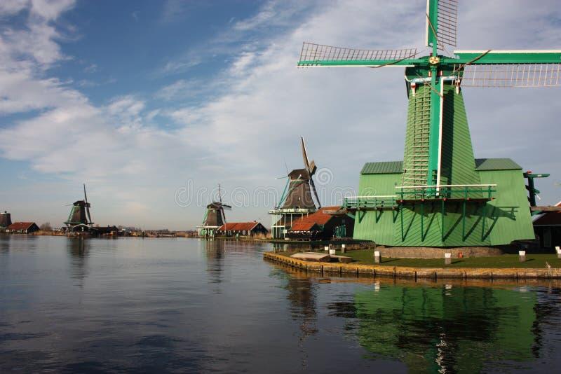 Moinho de vento antigo holandês construído da madeira estrutura típica dos Países Baixos ferramentas velhas do trabalho no rio na imagens de stock royalty free