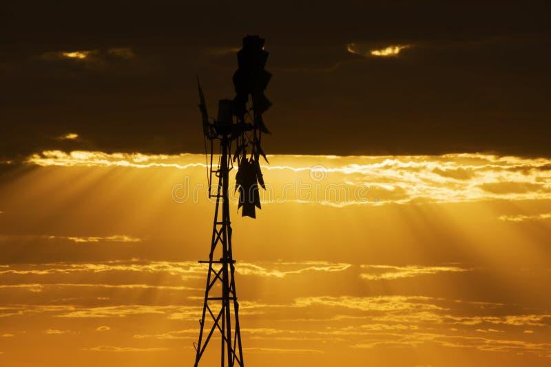 Moinho de vento australiano no campo fotografia de stock royalty free