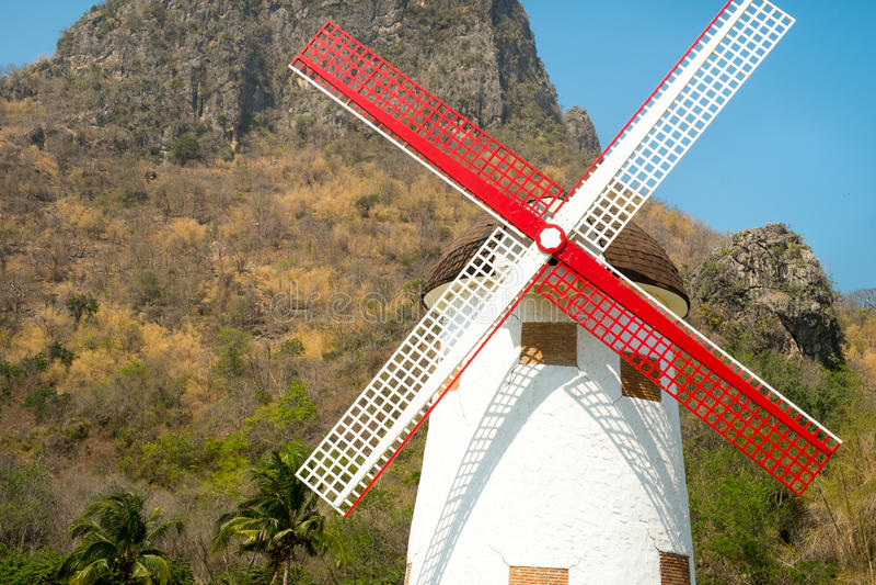 Moinho de vento branco na exploração agrícola imagens de stock royalty free