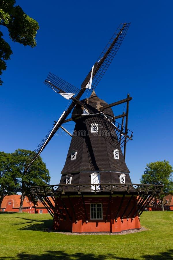 Moinho de vento clássico em Europa do Norte foto de stock royalty free