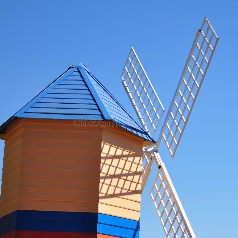 Moinho de vento colorido no céu azul brilhante fotos de stock