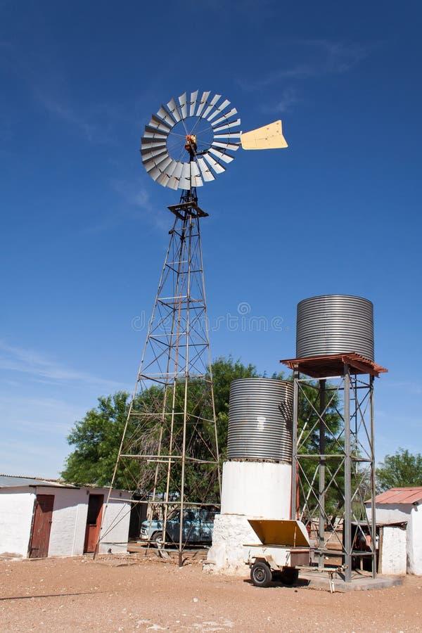 Moinho de vento com tanques de água imagens de stock royalty free