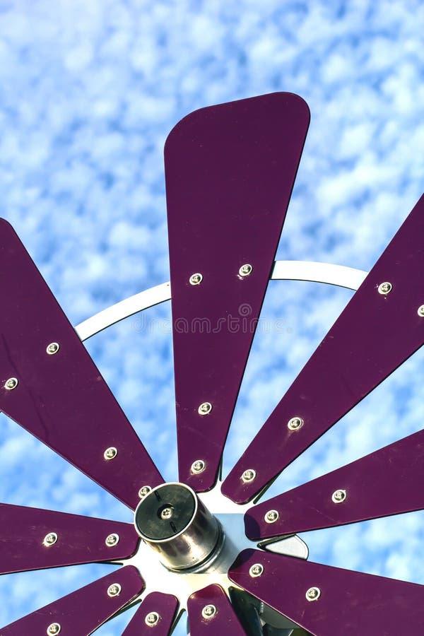 Moinho de vento com um fundo inchado da nuvem imagens de stock royalty free